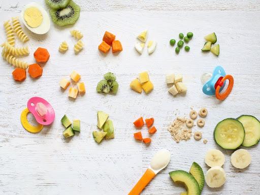 Cho trẻ ăn dặm đúng cách để tránh suy đinh dưỡng thấp còi